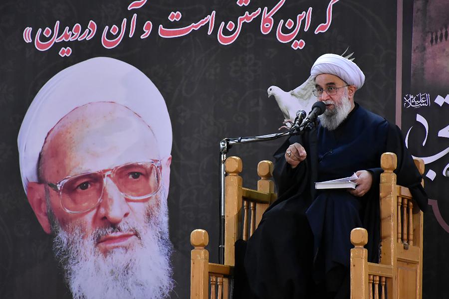Allameh Hassanzadeh Amoli, great man, supporter of Velayat, educated in Prophet's school: Ayatollah Ramazani
